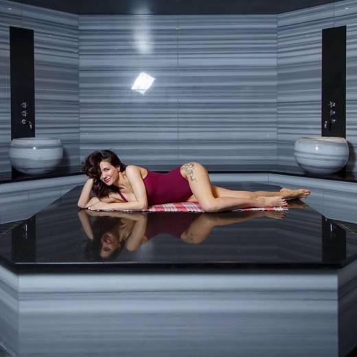 Екатерина Климова в слитном купальнике отдыхает в турецкой бане